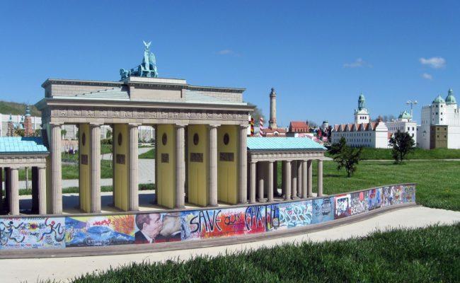 Brama Brandenburska z murem Berlińskim w miniaturze