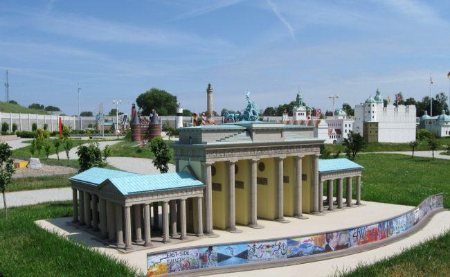 Makieta Brama Brandenburska z widokiem na Park miniatur w Międzyzdrojach