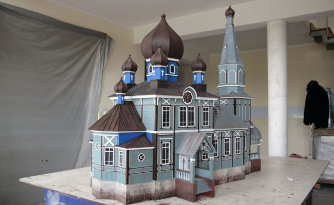 Cerkiew w Puchłach makieta w trakcie składania