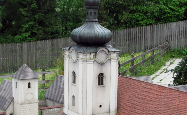 Miniatura Czerwonego Klasztoru widok na dzwonnicę