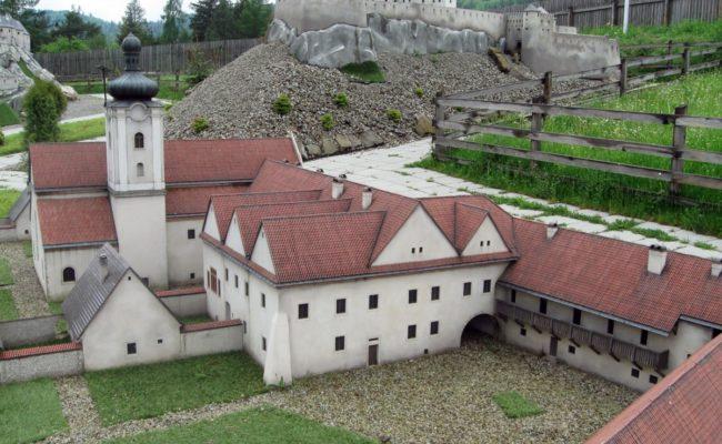 Czerwony Klasztor Makieta w tle zamek Stara Lubovna