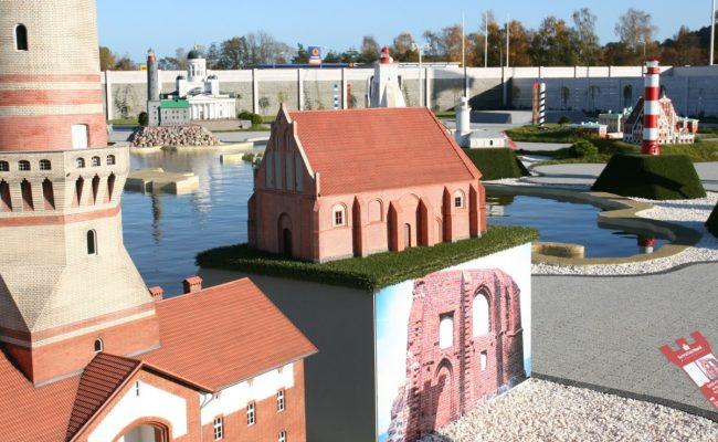 Kościół w Trzęsaczu makieta w Bałtyckim Parku Miniatur