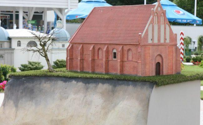 Kościół w Trzęsaczu przed zawaleniem w miniaturze
