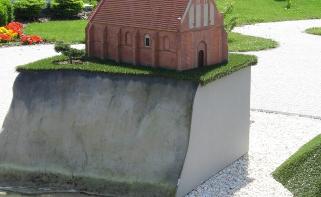 Kościół w Trzęsaczu makieta przekrój przez wydmę