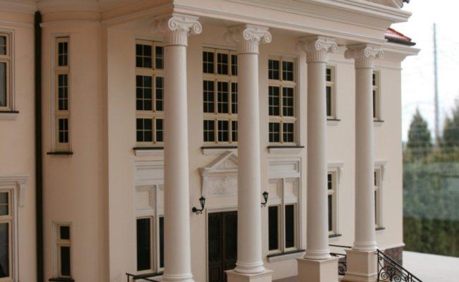 Kolumnowy portyk pałacu w Tłokinii tu w formie makiety