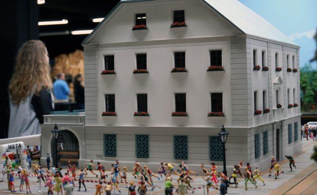 miniatura Ratusz w Gliwicach na makiecie kolejowej Kolejkowo w Gliwicach widok z boku zbliżenie