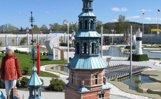 Makieta Duńskiego zamku Rosenborg z widokiem na park