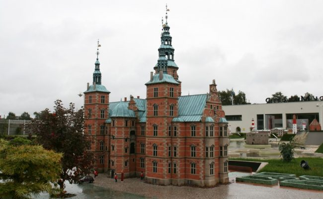 Makieta zamku Rosenborg skąpana deszczem