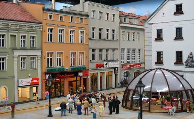 miniatura kamienic rynku w Gliwicach w aranżacji Kolejkowo