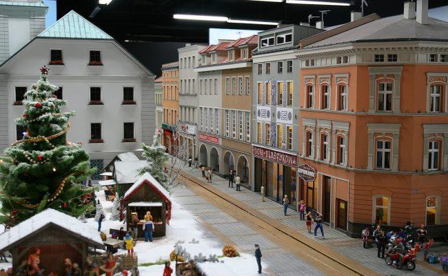 miniatura kamienic rynku w Gliwicach w aranżacji Kolejkowo sceneria zimowa