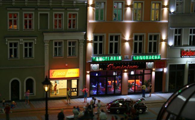 miniatura kamienic rynku w Gliwicach w aranżacji Kolejkowo sceneria nocna