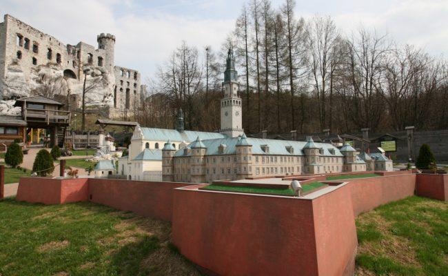 miniatura Twierdzy Jasnogórskiej w tle ruiny zamku w Ogrodzieńcu