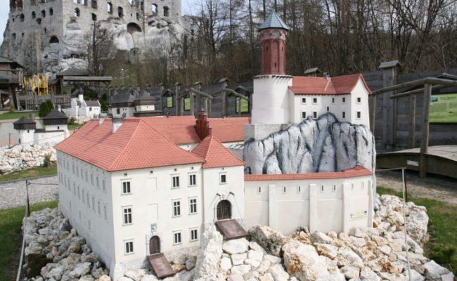 Zamek Rabsztyn makieta architektoniczna w Rodzinnym Parku rozrywki Ogrodzieniec